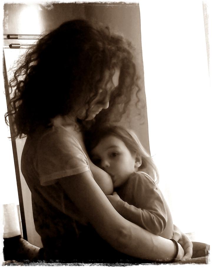 la forza del seno e l'umiltà dell'allattamento all'aperto…